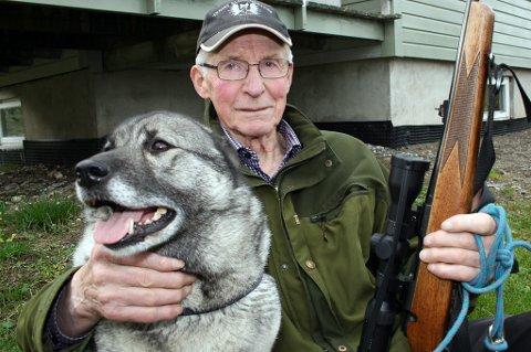 """SUPERVETERAN: Harry Jakobsen og hunden """"Kalla"""" utenfor huset hjemme i Storlia."""