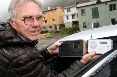 RADIOSJEKK: Petter Hox,sjef for radiodstribusjon i NRK, er fornøyd med dekninga på Senja. Men ikke alle er overbeviste.