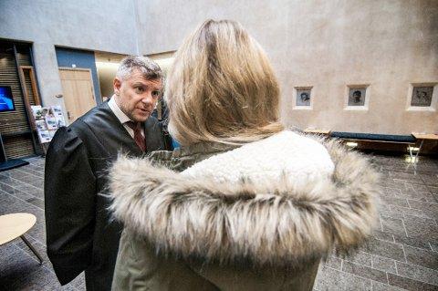 KRITISK: Kvinnen som mannen utsatte for overgrep på 90-tallet, har vurdert å anmelde Kriminalomsorgen etter rømningen. Her sammen med bistandsadvokat Sjak R. Haaheim på tinghuset i Tromsø.