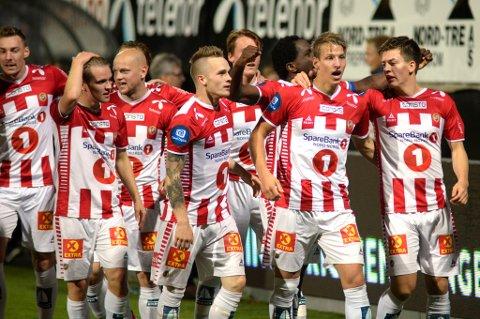 Jubel mot Rosenborg, i hvert fall en stund. Av de på bildet er både Hans Norbye (skade) og Kent-Are Antonsen (karantene) hjemme i Tromsø. Her får du TIL-troppen som skal prøve på noe ingen andre lag har klart i år, å vinne på Brann stadion.