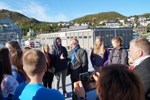 MØTTE UNGDOMMEN: Fiskeriminister Per Sandberg var på Skjervøy denne uka og møtte lokal ungdom som stilte på Sjømatseminaret. Foto: Privat