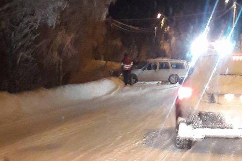 I GRØFTA: En bil sto i grøfta ved Aspelund i Lenvik tirsdag kveld.