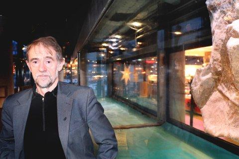 Alf-Erik Veipe er daglig leder i Stiftelsen Kystens hus i Tromsø. Han forteller at det vil ta tid før akvariumet i bygget blir fylt med vann igjen. Foto: Stian Saur