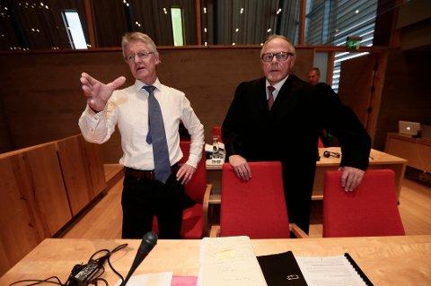 TILTALTE: Statsadvokat Torstein Hevnskjel (til høyre) har tatt ut tiltalen mot den 17 år gamle jenta. Her sammen med advokat Harald Stabell i forbindelse med en annen sak.