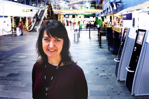 ØKER MEST: Kommersiell sjef Mona Ringstrand ved Tromsø lufthavn har grunn til å smile.