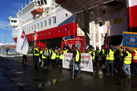 AVSLUTTER SYMPATISTREIK: I tre år har havnearbeidere og sympatisører med ujevne mellomrom aksjonert mot lasting og lossig av hurtigruta i Tromsø. Nå avsluttes aksjonen.