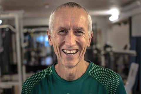 Alf B. Dahl driver som pensjonist med løping på heltid, og ønsker å inspirere flest mulig folk til å komme seg ut av sofaen og starte med trening på sitt eget nivå. Dahl forteller at han selv var inaktiv og røkte, og ikke begynte med løping før han var 45 år.