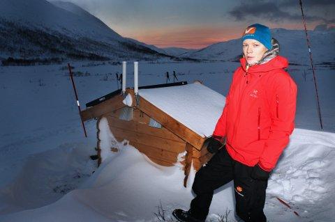 Ingeniørgeolog Martin Venås i Statens vegvesen ved siden av bua hvor mottaksutstyr og sendeutstyr er montert. Foto: Stian Saur