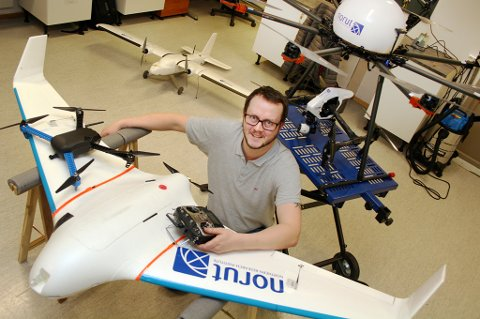PILOT: Tore Riise har mange flyvende farkoster i dronebasen.