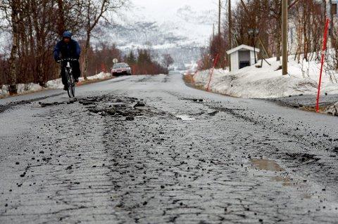 LITE ASFALTPENGER: Bare to prosent av fylkesveinettet i Troms vil få nytt asfaltdekke i år.