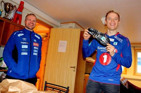 VELKOMSTGAVE: Christer Johnsgård har akkurat pakket opp gaven, som han selv omtaler som et «sign on-fee», et par flunkende nye TUIL-tøfler. Til venstre TUIL-trener Gaute Ugelstad Helstrup.