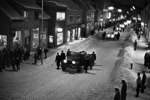Prosesjon: Sørgetoget for de omkomne i gruveulykken 5. november 1962 går sakte gjennom Harstads gater. Foto: Bjørn Finstad, Aftenposten/Scanpix.
