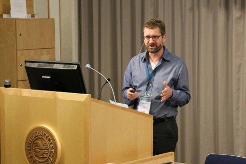 VERDIFULL: Carsten Hvingel ved Havforskningsinstituttet spår at snøkrabben kan få stor verdi for Norge om noen år, ettersom arten sprer seg raskt i Berentshavet.