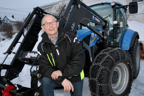 IKKE NOE TULL: Hallvard Tøllefsen med sin «peise nye» brøytetraktor. Det skal ikke stå på utstyret når 78-åringen gyver løs på Husøy-veiene.