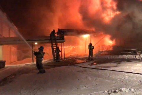 FULL FYR: Brannvesenet jobbet tirsdag morgen på spreng for å få kontroll på brannen på Liland skole.