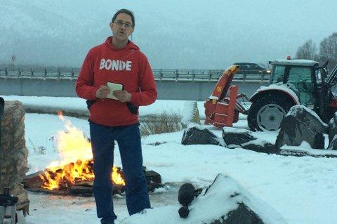 Asgeir Slåttnes, leder i Troms Bondelag, holder appell.