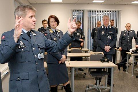 KLASSEROM: Skolesjef Ivar Rismo tegner og forklarer for luftforsvarssjef Tonje Skinnarland, stasjonssjef Stig Haugen og de andre offiserene under åpninga av den nye skolen.