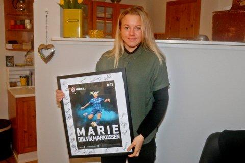KLAR FOR NYE UTFORDRINGER: Etter tre år i Stabæk er Wolfsburg neste stopp for Marie Dølvik Markussen. Her er Ersfjord-jenta med avskjedsgaven hun fikk fra Stabæk.