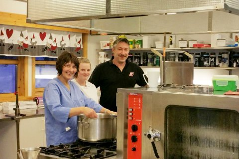 HETT: Kjøkkensjef Pål Rikardson, Kathrine Johansen og Lisbeth Foshaug håper det snart blir bedre tider med ny ventilasjon på sykehjemskjøkkenet.