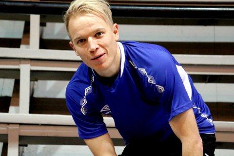Christer Johnsgård trener med og er i samtaler med TUIL, som fortsatt ikke har funnet ut om de har rom for å tilby 29-åringen en kontrakt. Et tilbud har kommet fra moderklubben FK Senja, som Johnsgård vurderer seriøst.