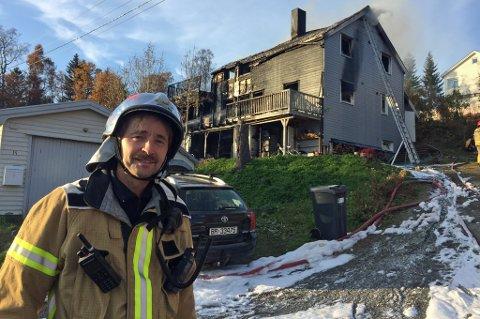 OVERTENT: Brannvesenets innsatsleder Kaj Christiansen forteller at da de kom til stedet var huset allerede fullstendig overtent.