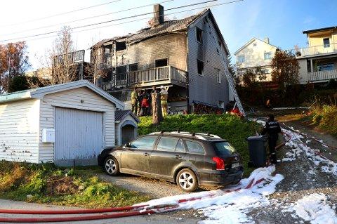 TOTALSKADD: Her får huseierne se det totalskadde huset sitt.