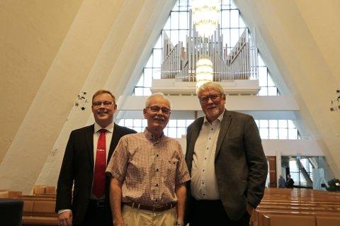 INNVIET: Leder for menighetsrådet, Kristoffer Kanestrøm, sammen med Jan Magnus Henriksen og  Kjell Kollbeinsen, som begge er medlem av menighetsrådet. Over dem henger de nyoppussede lysekronene. Foto: Marie Skonseng