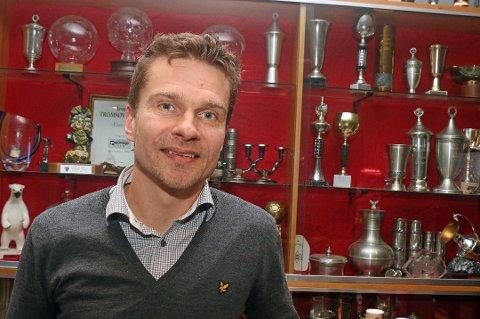 TILs sportssjef Svein-Morten Johansen ser på danske og primært finske U21-landslagsspillere tirsdag.