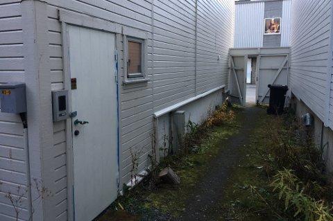 SMUGET: Tyvene tok seg inn i døra til venstre. Foto: Are Medby