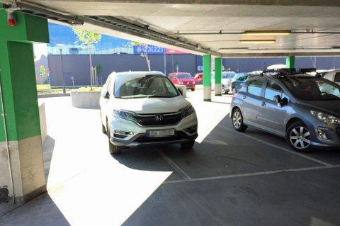TAR IKKE HENSYN: Denne parkeringen på Jekta i Tromsø er ett av eksemplene fra Facebook-gruppa «Elendig parkering Tromsø». Mange tar bare ikke hensyn, sier fagsjef i Tromsø parkering.