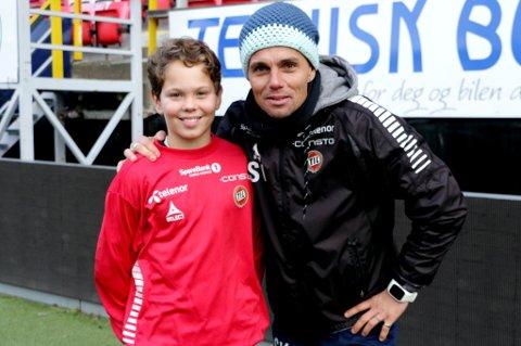 FAMILIEBESØK: TIL-trener Simo Valakaris sønn Toivo (14) på Alfheim onsdag. Han og Simos kone Inkeri har vært noen dager på besøk i Tromsø, og fikk også med seg at det kokte over for familiefaren på sidelinja mot Rosenborg.