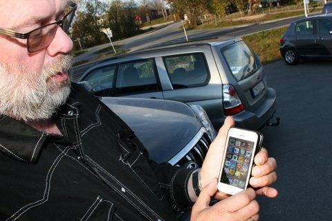 Otto Nylund viser fram nød-appen han har på mobilen sin, noe han anbefaler alle å ha.