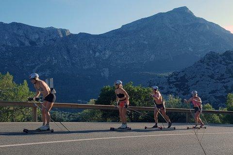 FINE FORHOLD: Løperne på Team Nord-Norge trener i varme og sommerlige forhold på Mallorca knappe tre uker før langrennsesongen åpner på Beitostølen. Her Lovise Heimdal (f.v), Merete Myrseth, Emilie Kristoffersen og Anna Svendsen.
