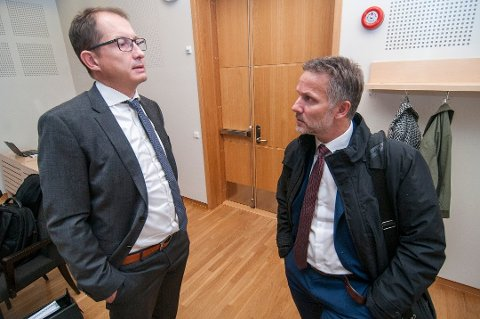 OVERGREPSSAK: En tromsømann i 60-årene er tiltalt for overgrep mot en liten jente. Her er hans forsvarer Sven Crogh (til høyre) i samtale med statsadvokat Hugo Henstein da saken gikk for retten for to uker siden.
