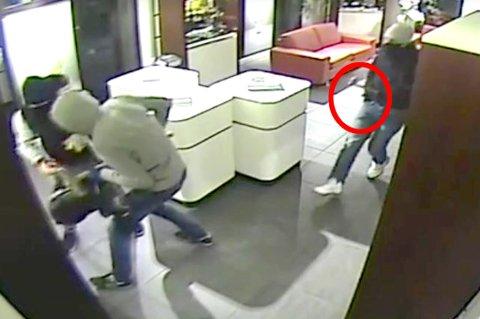 I LOMMA: Overvåkningsvideoene er tydelige nok til å se at den tredje tyven holdt høyre hånd i høyre bukselomme gjennom brekket mot Urmaker Jørgensen.