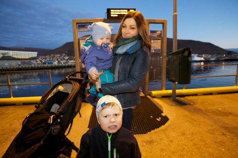 Småbarnsmamma Maria Salomonsen gir Troms fylkestrafikk stryk for sin kundebehandling.