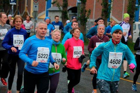 FORTSATT POPULÆRT: Midnight Sun Marathon har de siste årene trukket rundt 6000 deltakere til Tromsø sentrum. Arrangementet får nå kritikk for prisnivået de har lagt seg på både til hovedløpet og vinterens Mørketidsløp.