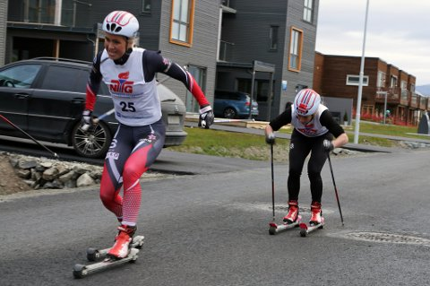 Silje Theodorsen (t.v) viste lovende takter fredag, der hun både slo Anna Svendsen (t.h) og flere mannlige løpere i sprintrennet på rulleski.