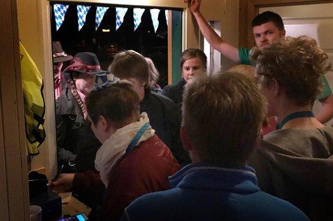 Mange ble avvist i døra hos Pøbben med Ø, det var rett og slett fullt. Foto: Privat