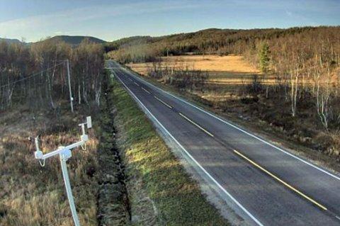 GLATT: Det kan bli nattefrost og glatte veier i indre Troms denne uken. Her er fylkesvei 86 ved Andsvatnet mandag ettermiddag. Foto: Statens vegvesen