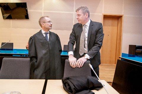 RETTSSAK: Rettssaken mot 41-åringen som er tiltalt for uaktsomt drap, startet i Nord-Troms tingrett mandag morgen. Her er bistandsadvokat Erik Ringberg (til venstre) og aktor Torstein Lindquister.