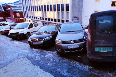 I fjor skled flere biler inn i hverandre i denne bakken i Tromsø sentrum. PS! Nordlys har ingen indikasjoner på at noen prøvede å stikke av etter det som skjedde denne gangen. Foto: Øystein Barth-Heyerdahl