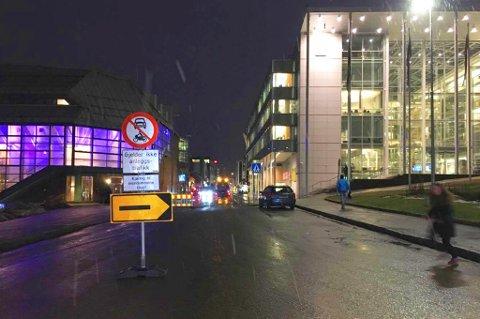 GRAVEARBEID: Grønnegata har vært stengt siden tirsdag ettermiddag. Også i morgen vil veien være stengt.