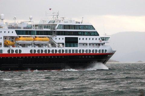"I HARDT VÆR: Hurtigruteskipet MS ""Trollfjord""."