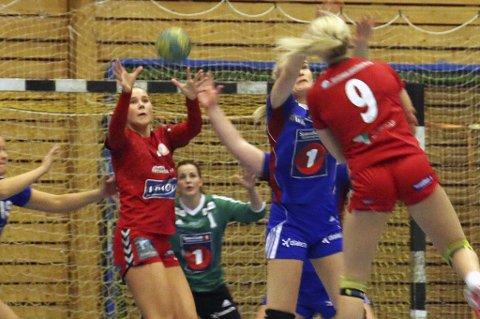 FØRSTE TAP: Tea Strandmo (t.v) og Tromsø HK tapte med elleve mål borte mot Sarpsborg, i tromsølagets første nederlag i nasjonal 2.divisjon i år.