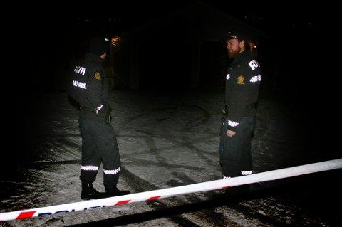 SPERRET AV: To tjenestemenn holdt vakt på stedet mandag kveld.