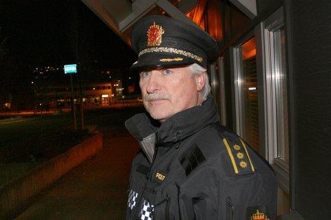 ETTERFORSKER: Lensmann Arnold Nilsen utenfor lensmannskontoret på Finnsnes mandag kveld.