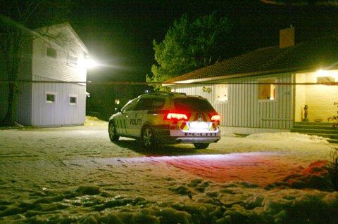 VAKTHOLD: Politiet holdt vakt utenfor boligen mandag kveld.