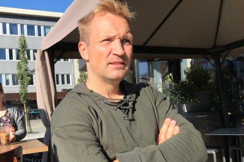 SNAKKER UT: Thomas Hafstad er gjest i den siste utgaven av fotballpodkasten JoMos Kosmos. Her forteller han om forhandlinger i 2017 med eliteserieklubber og en dialog om en retur til TIL-systemet – og veldig mye annet.