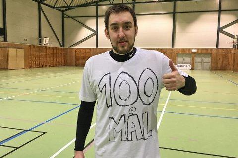 BØTTER INN MÅL: Milos Vucenovic har bøttet inn mål for Sjarmtrollan i en årrekke. Søndag scoret målgarantisten sitt 99., 100. og 101. mål med stil - og feiret med en spesiallaget t-skjorte.